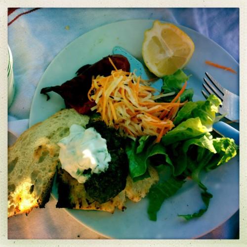 Sehr fein – Kohlrabi Salat, Lamm Köfte, Fladenbrot, Tzatziki, gegrillter Paprika!